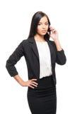 Μια νέα επιχειρηματίας που μιλά στο τηλέφωνο στο λευκό Στοκ φωτογραφία με δικαίωμα ελεύθερης χρήσης