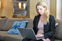 Μια νέα επιχειρησιακή γυναίκα που χρησιμοποιεί μια κορυφή περιτυλίξεων Στοκ Φωτογραφίες