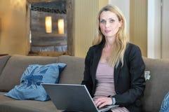 Μια νέα επιχειρησιακή γυναίκα που χρησιμοποιεί μια κορυφή περιτυλίξεων Στοκ Εικόνες