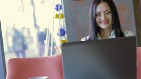 Μια νέα επιχειρησιακή γυναίκα που χρησιμοποιεί το lap-top της απόθεμα βίντεο