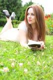 Μια νέα ελκυστική γυναίκα με ένα βιβλίο Στοκ φωτογραφία με δικαίωμα ελεύθερης χρήσης