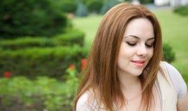 Μια νέα ελκυστική γυναίκα σε έναν υπαίθριο Στοκ φωτογραφίες με δικαίωμα ελεύθερης χρήσης