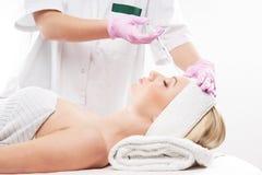Μια νέα καυκάσια γυναίκα σε μια διαδικασία botox στοκ εικόνες