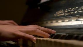 Μια νέα κινηματογράφηση σε πρώτο πλάνο πιάνων παιχνιδιού γυναικών Pianist χεριών πιάνων που παίζει τις μουσικές λεπτομέρειες οργά Στοκ Εικόνες
