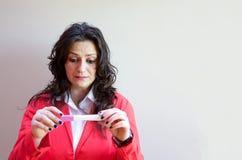 Μια νέα κυρία περιμένει τα αποτελέσματα της δοκιμής εγκυμοσύνης στοκ φωτογραφία με δικαίωμα ελεύθερης χρήσης
