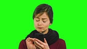 Μια νέα κυρία Chatting στο τηλέφωνο φιλμ μικρού μήκους