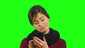 Μια νέα κυρία Chatting στο τηλέφωνο απόθεμα βίντεο