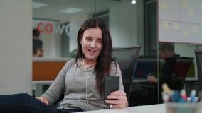 Μια νέα κυρία Chatting Online στο τηλέφωνο απόθεμα βίντεο