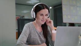 Μια νέα κυρία Chatting Online στο lap-top απόθεμα βίντεο