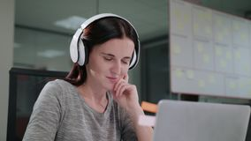 Μια νέα κυρία Chatting Online στο lap-top φιλμ μικρού μήκους