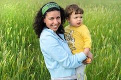 Μια νέα μητέρα και το παιδί της Στοκ φωτογραφία με δικαίωμα ελεύθερης χρήσης