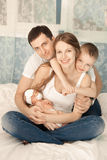 Μια νέα οικογένεια στο σπίτι Στοκ Φωτογραφία