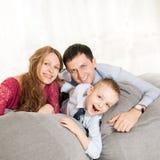 Μια νέα οικογένεια στο σπίτι Στοκ φωτογραφία με δικαίωμα ελεύθερης χρήσης