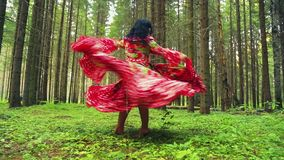 Μια νέα ομορφιά τσιγγάνων στις φωτεινές ξυπόλυτες περιστροφές φορεμάτων που χορεύουν στο δάσος απόθεμα βίντεο