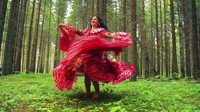 Μια νέα ομορφιά τσιγγάνων στις φωτεινές ξυπόλυτες περιστροφές φορεμάτων που χορεύουν στο δάσος φιλμ μικρού μήκους
