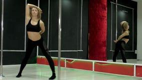 Μια νέα προκλητική προκλητική γυναίκα χορού, ένας πολυ χορός χορού στην αίθουσα γύρω από τον πόλο Στοκ φωτογραφίες με δικαίωμα ελεύθερης χρήσης