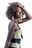 Μια νέα όμορφη μαύρη γυναίκα που ωθεί το τρίχωμά της Στοκ Εικόνες