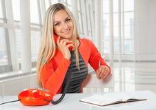 Μια νέα όμορφη χαμογελώντας καυκάσια επιχειρηματίας Στοκ Εικόνες