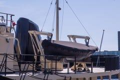 Μια ναυαγοσωστική λέμβος κάτω από μια κάλυψη νεοπρενίου είναι έτοιμη σε το είναι γερανοί έναρξης Στοκ Εικόνες