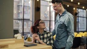 Μια νεολαία συνδέει ερωτευμένο, αναγγέλλοντας τη δέσμευσή τους με κάποιο μέσω της τηλεοπτικής συνομιλίας Νεολαία, ειδύλλιο, χρόνο απόθεμα βίντεο