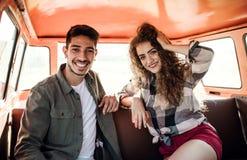 Μια νεολαία συνδέει σε ένα roadtrip μέσω της επαρχίας, οδήγηση minivan στοκ εικόνες με δικαίωμα ελεύθερης χρήσης