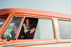 Μια νεολαία συνδέει σε ένα roadtrip μέσω της επαρχίας, οδήγηση minivan στοκ φωτογραφία
