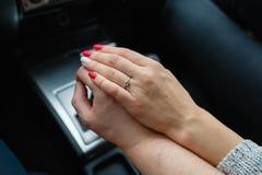 Μια νεολαία συνδέει τα ερωτευμένα χέρια εκμετάλλευσης, εκμετάλλευση στο μοχλό μετατόπισης που πηγαίνει στο οδικό ταξίδι Ένα άτομο Στοκ Εικόνες