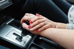 Μια νεολαία συνδέει τα ερωτευμένα χέρια εκμετάλλευσης, εκμετάλλευση στο μοχλό μετατόπισης που πηγαίνει στο οδικό ταξίδι Ένα άτομο Στοκ Φωτογραφίες