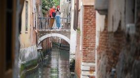 Μια νεολαία συνδέει τη στάση στη γέφυρα μεταξύ δύο κτηρίων και τη λήψη της φωτογραφίας - Βενετία, Ιταλία στοκ φωτογραφία με δικαίωμα ελεύθερης χρήσης