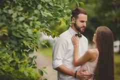 Μια νεολαία συνδέει ερωτευμένο στο πάρκο πόλεων το καλοκαίρι στοκ εικόνα με δικαίωμα ελεύθερης χρήσης