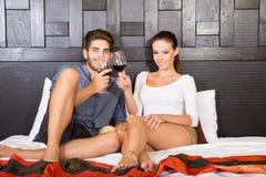 Μια νεολαία συνδέει με ένα ποτήρι του κρασιού σε ένα ασιατικό δωμάτιο ξενοδοχείου ύφους Στοκ Εικόνες