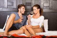 Μια νεολαία συνδέει με ένα ποτήρι του κρασιού σε ένα ασιατικό δωμάτιο ξενοδοχείου ύφους Στοκ εικόνα με δικαίωμα ελεύθερης χρήσης