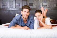 Μια νεολαία συνδέει να βρεθεί στο κρεβάτι σε ένα ασιατικό δωμάτιο ξενοδοχείου ύφους Στοκ φωτογραφίες με δικαίωμα ελεύθερης χρήσης