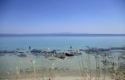 Μια νεολαία συνδέει στη σαφή μπλε θάλασσα Στοκ εικόνα με δικαίωμα ελεύθερης χρήσης