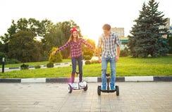 Μια νεολαία συνδέει την οδήγηση hoverboard - ηλεκτρικό μηχανικό δίκυκλο, προσωπικό Στοκ φωτογραφίες με δικαίωμα ελεύθερης χρήσης