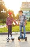 Μια νεολαία συνδέει την οδήγηση hoverboard - ηλεκτρικό μηχανικό δίκυκλο, προσωπικό Στοκ φωτογραφία με δικαίωμα ελεύθερης χρήσης