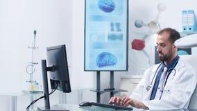 Μια νοσοκόμα φέρνει τα εργαστηριακά αποτελέσματα στο γιατρό φιλμ μικρού μήκους