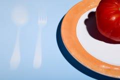 μια ντομάτα πιάτων Στοκ φωτογραφία με δικαίωμα ελεύθερης χρήσης