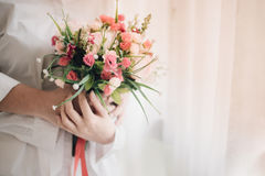 Μια νυφική όμορφη ανθοδέσμη εκμετάλλευσης, ένας γάμος ή μια έννοια αγάπης στοκ εικόνες