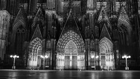 Μια νυχτερινή όραση της πύλης καθεδρικών ναών της Κολωνίας Στοκ εικόνα με δικαίωμα ελεύθερης χρήσης