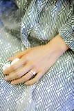Μια νύφη με το δαχτυλίδι της που φορά πυτζάμες τις ριγωτές σχεδίων στοκ εικόνες