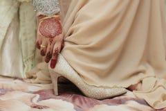 Μια νύφη που φορά τα γαμήλια παπούτσια Στοκ φωτογραφίες με δικαίωμα ελεύθερης χρήσης