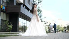 Μια νύφη στέκεται κοντά στην προθήκη απόθεμα βίντεο