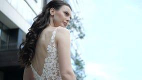 Μια νύφη στέκεται πίσω σε μας απόθεμα βίντεο