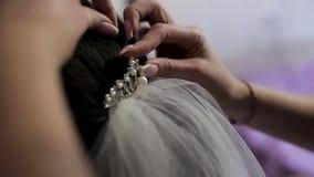Μια νύφη hairdressing στο σαλόνι που κάνει τις γαμήλιες προετοιμασίες, χέρια του στιλίστα σχετικά με την τρίχα της Απόθεμα Κλείστ φιλμ μικρού μήκους