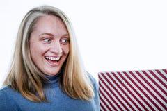Μια ξανθή γυναίκα με ένα παρόν, δώρο στοκ εικόνα με δικαίωμα ελεύθερης χρήσης