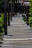Μια ξύλινη γέφυρα έκανε για το περπάτημα στο οίκημα στοκ φωτογραφία