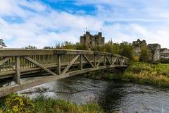 Μια ξύλινη γέφυρα εκτείνεται τον ποταμό Boyne στην περιποίηση, Ιρλανδία στοκ εικόνες