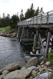 Μια ξύλινη γέφυρα που διασχίζει έναν επικίνδυνα γρήγορο ποταμό στοκ φωτογραφία με δικαίωμα ελεύθερης χρήσης