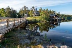 Μια ξύλινη γέφυρα συνδέει το σκετς Nikolsky με το υπόλοιπο του νησιού στοκ εικόνα με δικαίωμα ελεύθερης χρήσης